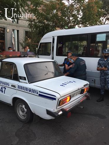 Կռիվ ու խայտառակ իրավիճակ Երևանում. Ինչպես կինը փախուստի դիմեց ոստիկաններից ու բռնվեց (Տեսանյութ)